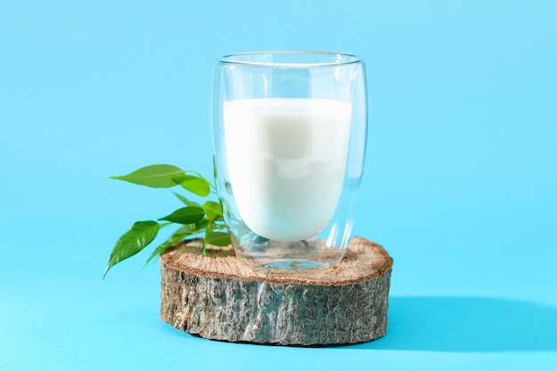 Szklanka mleka na niebieskim tle produkty mleczne