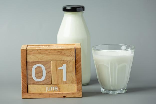 Szklanka mleka na szarej powierzchni