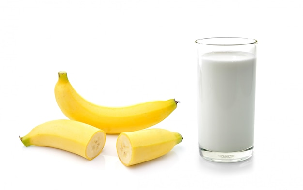 Szklanka mleka z bananem na białym