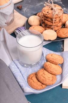 Szklanka mleka z herbatnikami i słodyczami
