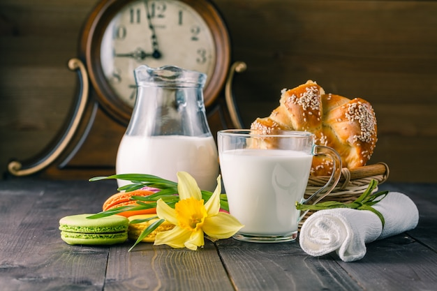 Szklanka mleka z wiosennym kwiatem