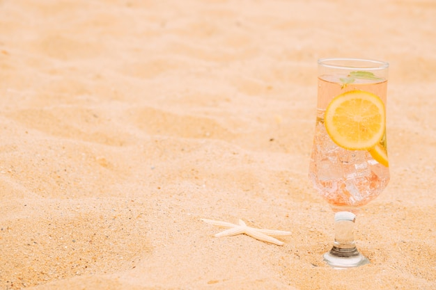 Szklanka mrożonego napoju z plasterkami cytrusów i rozgwiazdy