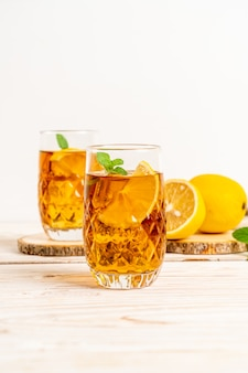 Szklanka mrożonej herbaty cytrynowej z miętą