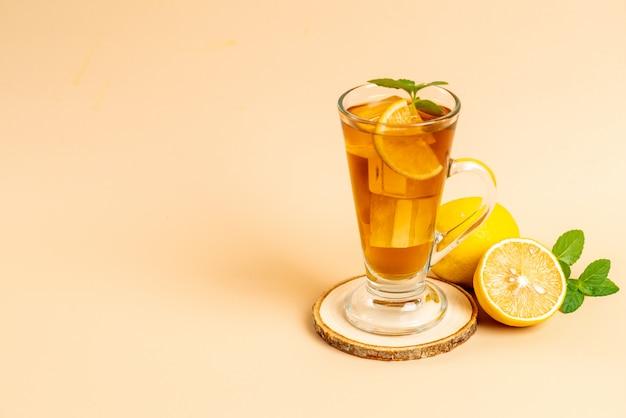 Szklanka mrożonej herbaty cytrynowej