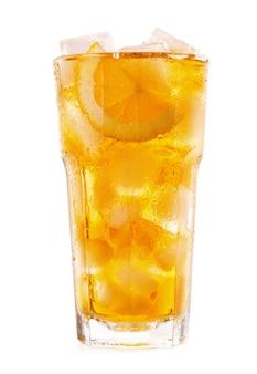 Szklanka mrożonej herbaty z cytryną na białym tle