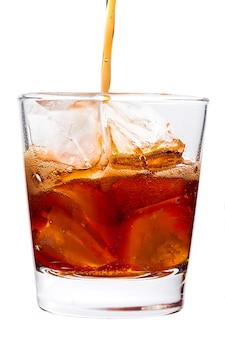 Szklanka na alkohol jest izolowana na białym tle
