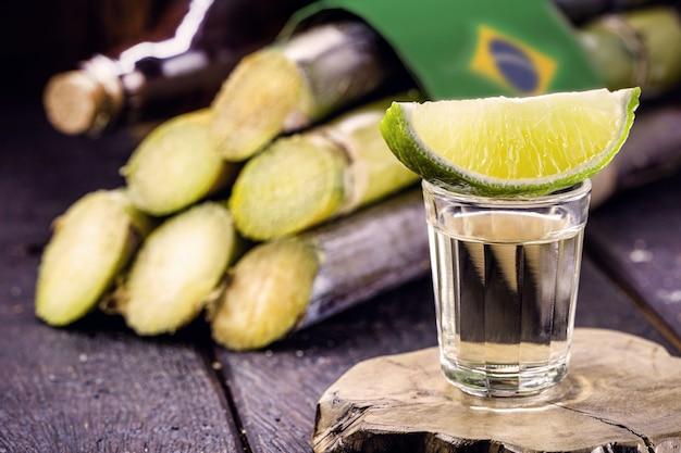 Szklanka napoju destylowanego z trzciny cukrowej, zwanego rokiem brazil de pinga lub cachaía, koncepcja narodowego dnia cachaía w brazylii