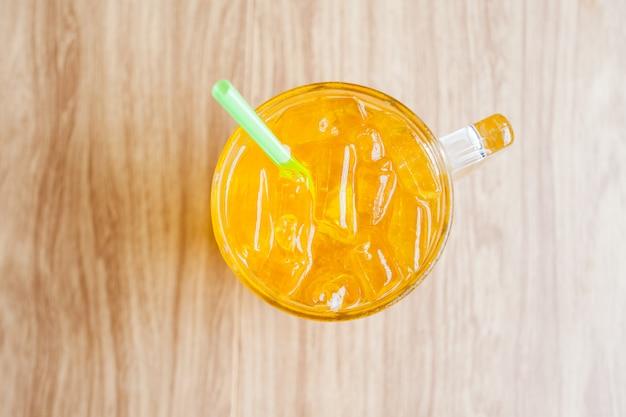 Szklanka napoju herbacianego z chryzantem z lodem w restauracji