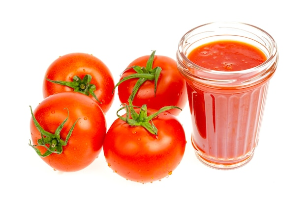 Szklanka naturalnego soku pomidorowego świeżych czerwonych pomidorów