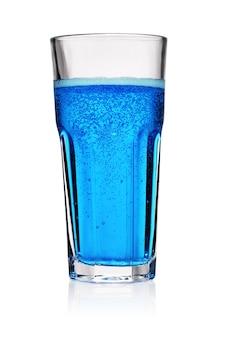 Szklanka niebieski napój gazowany z bąbelkami gazu na białym tle.