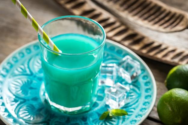 Szklanka niebieskiego curacao i soku koktajl