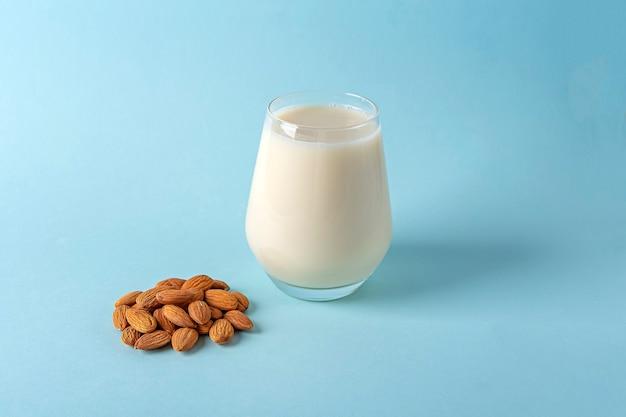 Szklanka organicznego wegańskiego mleka bez nabiału z migdałów i orzechów