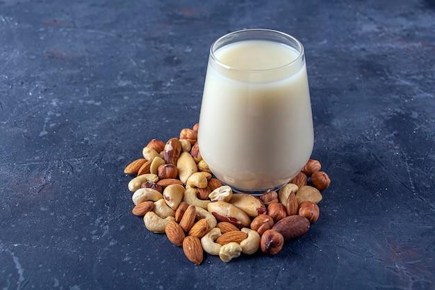 Szklanka organicznego wegańskiego mleka z orzechów bez nabiału. alternatywny napój wegetariański.
