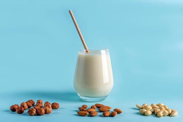 Szklanka organicznego wegańskiego mleka z orzechów bez nabiału. zdrowe śniadanie z alternatywnym napojem wegetariańskim.