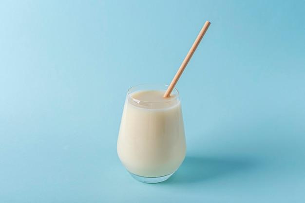Szklanka organicznego wegańskiego mleka z orzechów lub kokosa.