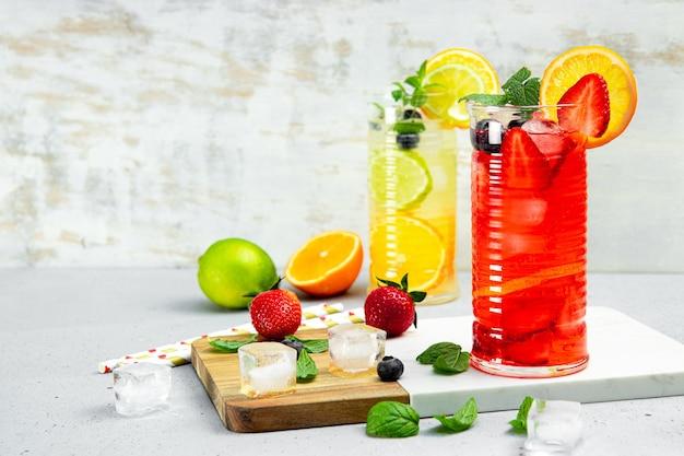 Szklanka orzeźwiającej letniej lemoniady z lodem. koktajl z truskawką i cytryną