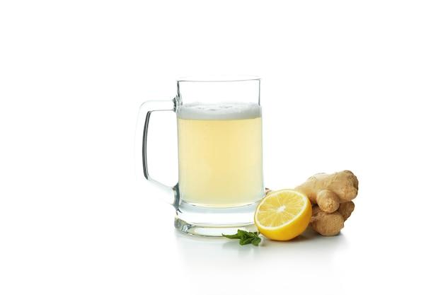 Szklanka piwa imbirowego i składnika na białym tle