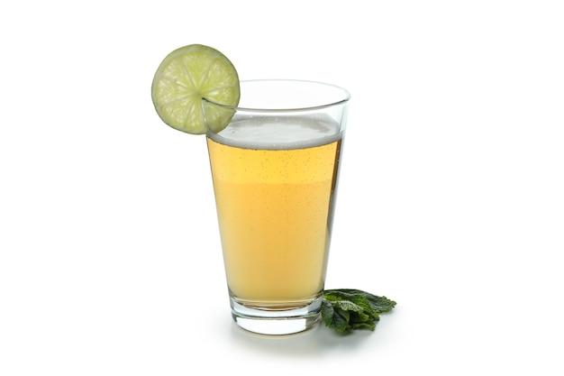 Szklanka piwa imbirowego na białym tle