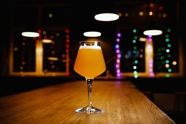 Szklanka piwa rzemieślniczego na stole w pubie,