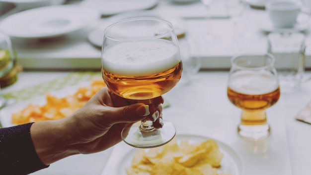 Szklanka piwa typu lager w rękach