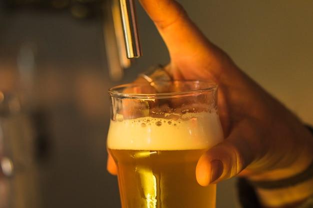 Szklanka piwa w barze