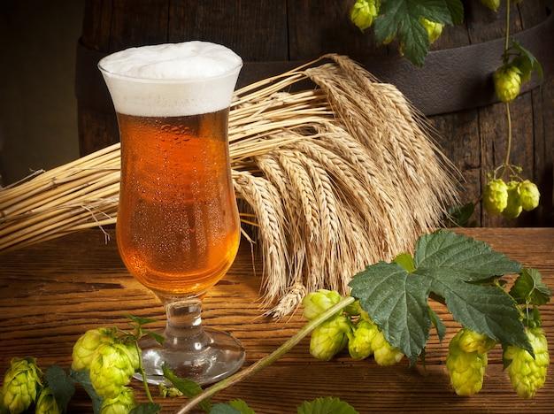 Szklanka piwa z chmielem i jęczmieniem