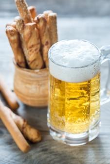 Szklanka piwa z paluszkami chlebowymi