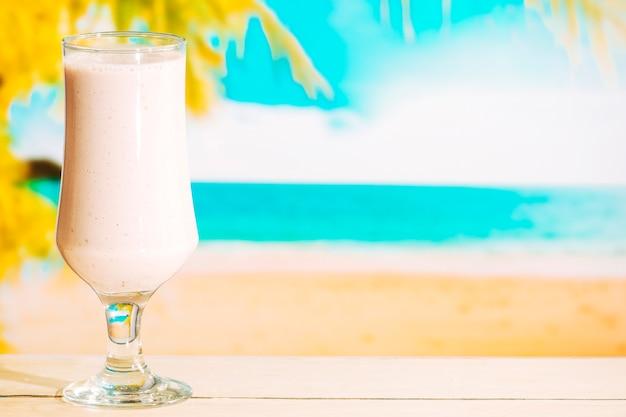 Szklanka słodkiego zimnego koktajlu mlecznego