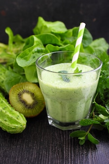 Szklanka smoothie z zielonymi warzywami i szpinakiem