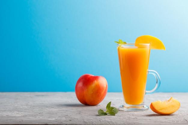 Szklanka soku brzoskwiniowego. widok z boku
