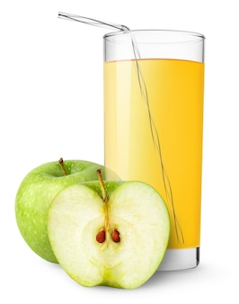 Szklanka soku jabłkowego i zielonych jabłek cur na białym tle