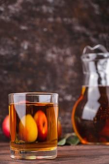 Szklanka soku jabłkowego na drewnianym stole. napój owocowy.