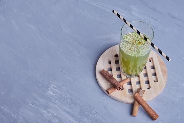 Szklanka soku jabłkowego z cynamonem.
