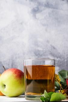 Szklanka soku jabłkowego z miejsca na kopię