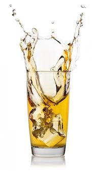 Szklanka soku jabłkowego z odrobiną kostki lodu