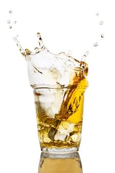 Szklanka soku jabłkowego z odrobiną