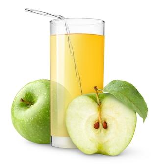 Szklanka soku jabłkowego ze słomką i dwa pokrojone owoce zielone jabłko na białym tle