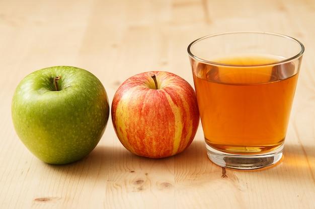 Szklanka soku jabłkowego