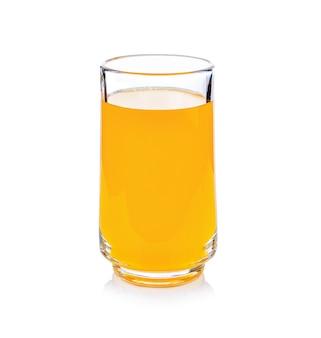 Szklanka soku pomarańczowego, na białym tle