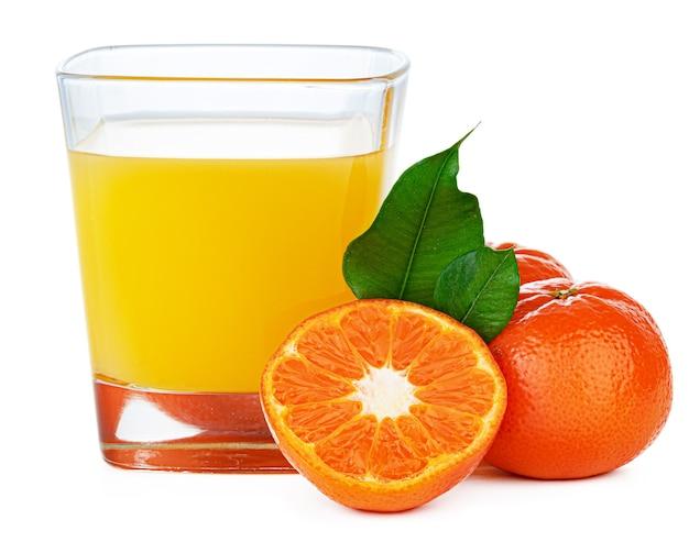 Szklanka soku pomarańczowego na białym tle