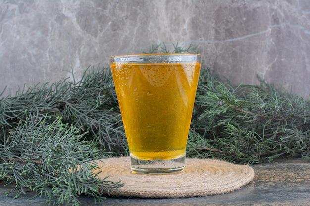 Szklanka soku pomarańczowego na marmurowym tle. zdjęcie wysokiej jakości