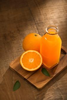 Szklanka soku pomarańczowego z góry na stół z drewna. opróżnij gotowy do soku pomarańczowego, ekspozycji produktów owocowych lub montażu.