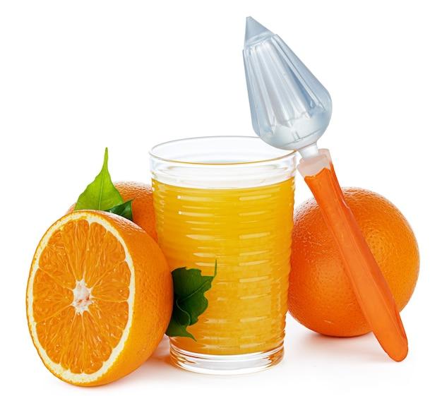 Szklanka soku pomarańczowego z wyciskarką na białym tle