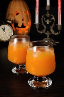 Szklanka soku z dyni z lodem na halloween