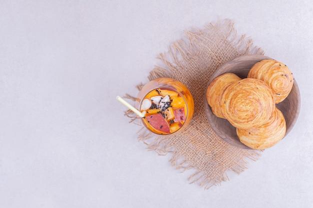 Szklanka soku z kawałkami owoców i kaukaskimi gogalami