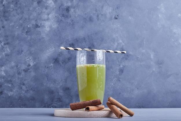 Szklanka soku z zielonego jabłka.