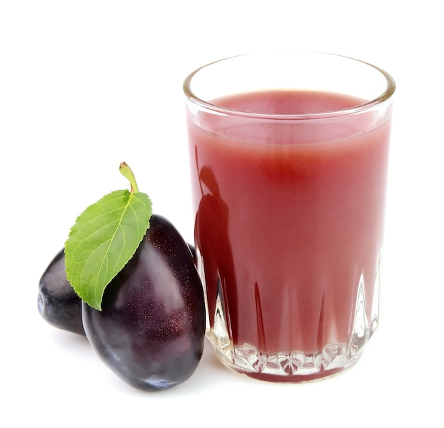 Szklanka soku ze śliwkami na białym