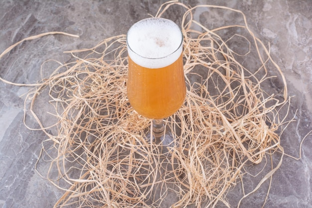 Szklanka spienionego piwa na marmurowym tle. zdjęcie wysokiej jakości