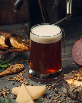 Szklanka świeżego ciemnego piwa