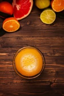 Szklanka świeżego domowego soku pomarańczowego